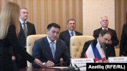 Під час підписання угоди – з прапорцями Криму, Росії і Татарстану, але без українського, Сімферополь, 5 березня 2014 року