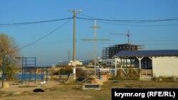 На месте оборудованной энтузиастами спортплощадки планируют построить сквер. Также здесь уже установлен закладной камень будущей часовни