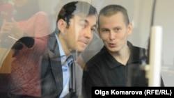 Російські військові Євген Єрофеєв (ліворуч) і Олександр Александров (праворуч) під час засідання Голосіївського райсуду Києва, 10 листопада 2015 року