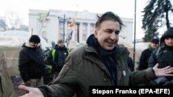 Михаил Саакашвили беседует с жителями палаточного лагеря у здания Верховной Рады, 6 декабря 2017