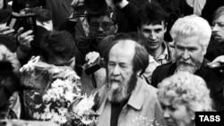 Солженицын долго присматривался к горбачевской перестройке, и вернулся в Россию только в 1994 году