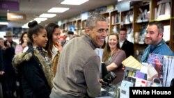 Barack Obama kitab mağazasında.