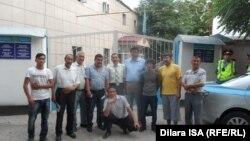 Освобожденные после ареста в Шымкенте гражданские активисты вместе со своими сторонниками. 2 июня 2016 года.