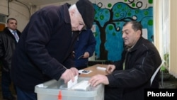 Armenia - A voter in Yerevan casts a ballot in a presidential election, 18Feb2013.