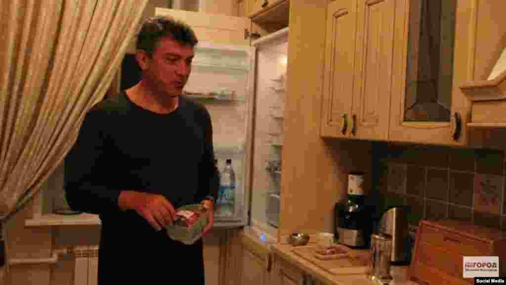 Немцов в апартамента си в Ярославл през 2013 г.