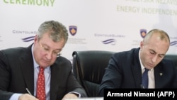Kosovo Prime Minister Ramush Haradinaj (right) and Joseph Brandt, the CEO of Contour Global take part in the signing ceremony for a power plant in Pristina in December 2017.
