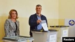 Kryeministri i Kosovës me bashkëshorten gjatë votimit në raundin e parë, 3 nëntor 2013