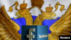 3D-модель логотипа Facebook'а на фоне российского флага.