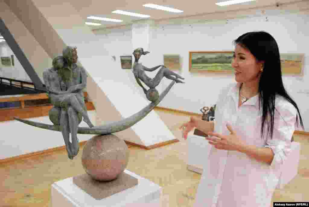 Наряду со скульптурами Тлеуберды Бинашева на выставке можноувидеть четыре работы его дочери Гульфии Мельдеш. Она тоже скульптор.Гульфия рассказывает репортеру Азаттыка, что ее скульптура «Дисбаланс»посвящена всем мужчинам. Кажется, в ней заложена такая интереснаямысль: как мужчину ни люби, он всё равно «налево» смотрит. Этаработа вызывает живой интерес у посетителей выставки. Многиефотографируются рядом с ней.