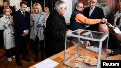 Париж, на участке для голосования один из кандидатов - Эммануэль Макрон