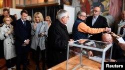 Емманюель Макрон із дружиною на виборчій дільниці, Париж, 23 квітня 2017 року