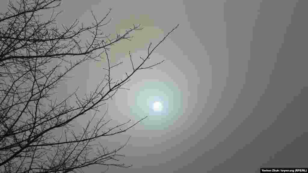 Крізь туман на сонце можна дивитися неозброєним оком