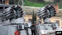 Российский военный корабль в бухте Севастополя
