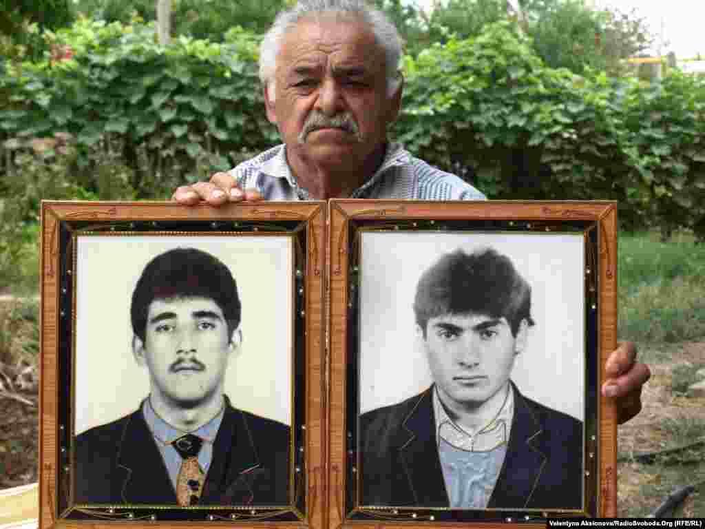 Георгій Карапетян з фотографіями своїх без вісти зниклих синів. Зниклих без вісти у Нагірному Карабасі, за різними даними, від 400 до тисячі.