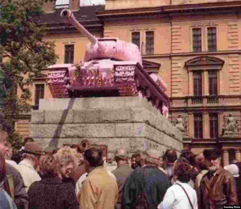 Совет танкистерінің ескерткіші сұйық қызыл түске боялып, советтік миф сейілген күн. Прага, 28 сәуір 1991 ж.