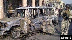 Одна из машин, взорванных в Багдаде в минувший четверг