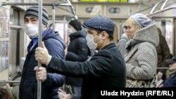 Minskiň metrosyndaky maskaly adamlar. 20-nji aprel