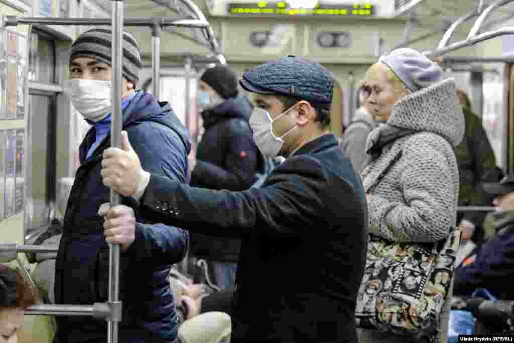 Деякі люди носять захисні маски, користуються громадським транспортом. ВООЗ заявила, що кількість зареєстрованих випадків коронавірусу в Білорусі «швидко зростає». Станом на 23 квітня було зареєстровано 8022 випадки захворювання на COVID-19, 60 людей померло, але деякі білоруські лікарі вважають, що реальні цифри можуть бути в чотири-п'ять разів більшими