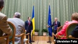 Європейський комісар із питань бюджету та фінансового планування Януш Левандовський на зустрічі з українським віце-прем'єр-міністром Сергієм Тігіпком, 10 червня 2010 року