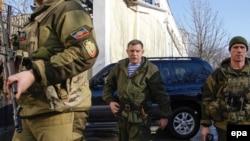 Олександр Захарченко (посередині), ватажок угруповання «ДНР», яке визнане в Україні терористичним