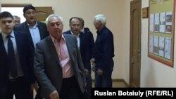 Сейтказы Матаев (на переднем плане), председатель Союза журналистов Казахстана, в коридоре суда. Астана, 23 августа 2016 года.