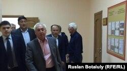 Председатель Союза журналистов Казахстана, президент Национального пресс-клуба Казахстана Сейтказ Матаев (в центре) входит в зал суда. Астана, 23 августа 2016 года.