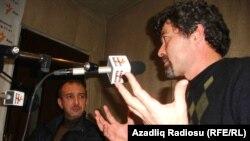 Şahbaz Xuduoğlu (sağda) və yazıçı Pərviz Cəbrayıl Azadlıq Radiosunun Bakı studiyasında, 4 noyabr 2010