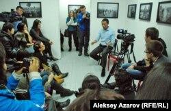 Казахстанский режиссёр Ермек Турсунов на встрече с поклонниками. Алматы, 29 января 2013 года.