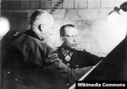 Хейнрици (справа) и командующий группой армий «Центр» генерал-фельдмаршалГюнтер фон Клюге. Сентябрь 1943