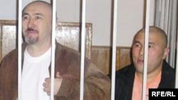 Арон Атабек (слева) и Курмангазы Утегенов во время суда по Шаныракским событиям. Алматы, октябрь 2007 года.