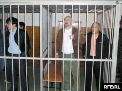 Подсудимые по делу Шанырака: Арон Атабек (второй справа), Курмангазы Отегенов (справа). Алматы, 5 октября 2007 года.