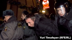 Полиция задерживает протестующих на Триумфальной площади