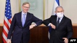 برایان هوک (چپ) و بنیامین نتانیاهو در دفتر نخستوزیر اسرائیل بازوهای خود را به هم میزنند.