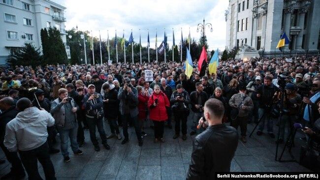 Участники акции на Банковой требовали не подписывать «капитуляционных соглашений с Путиным». Киев, 19 сентября 2019 года