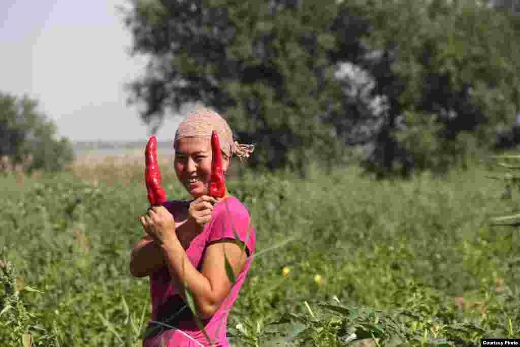 """Девушка-крестьянка.Название фото """"Жизнь - это перец!"""". Автор Хайрулла Рахматилла уулу."""