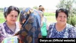 Председатель Комитета женщин Узбекистана Танзила Нарбаева в доме женщины, униженной сотрудником ОВД города Каттакурган в Самаркандской области.