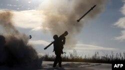 Солдат украинской армии неподалеку от города Счастье