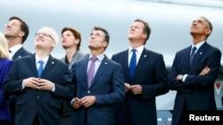 رهبران آمریکا، بریتانیا و دبیرکل ناتو به رژه هواپیماهای جنگی سازمان پیمان آتلانتیک شمالی نگاه میکنند.