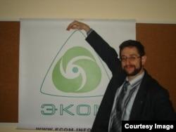 Александр Карпов с плакатом ЭКОМ