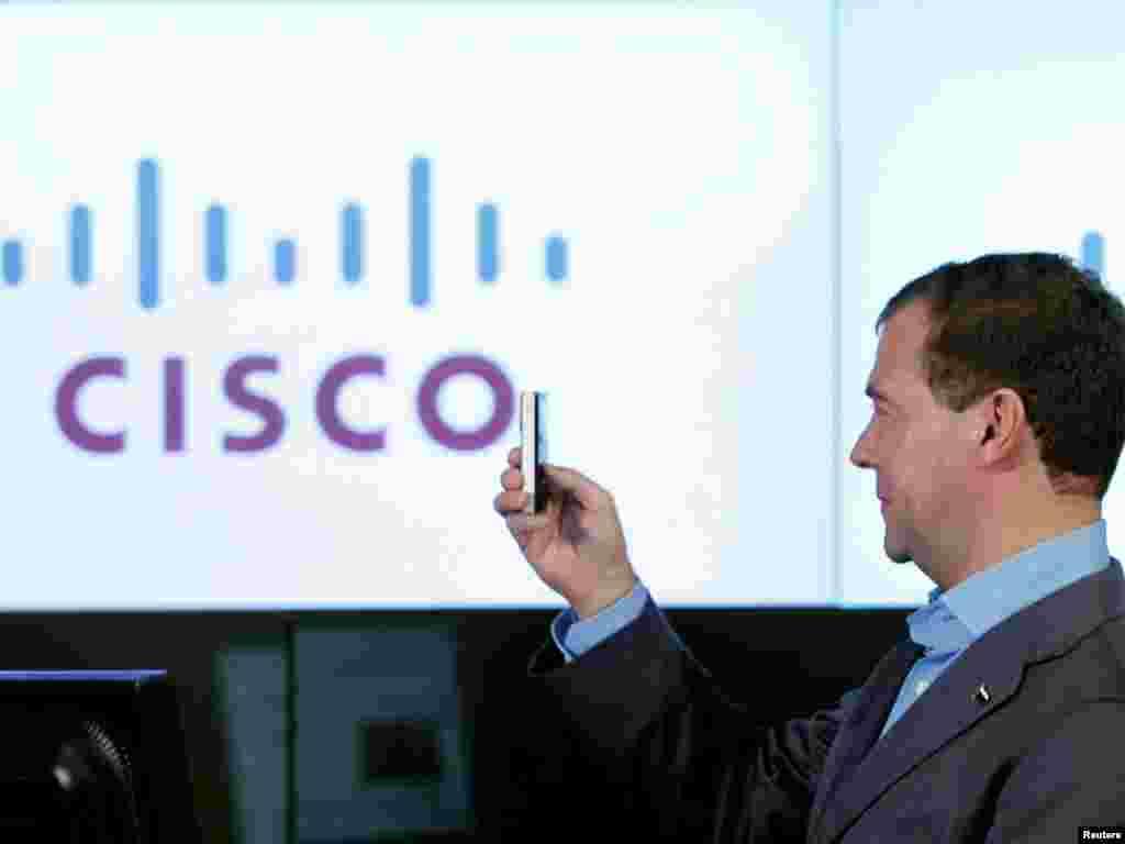 """Medvedev isprobava video kameru tokom prezentacije u kompaniji """"Cisco Systems"""""""
