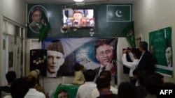 Mbështetësit e Musharrafit e ndjekin në TV një konferencë për shtyp të ish presidentit