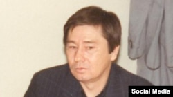 Азаттық радиосының Алматыдағы тілшісі Қиял Сабдалин. (1990-жылдары түсірілген сурет.)