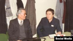 Азаттық радиосы Қазақ қызметінің директоры Хасен Оралтай (сол жақта) және Азаттықтың Алматыдағы алғашқы тілшісі Қиял Сабдалин.