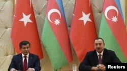 Азербайджан. Президент Ільхам Алієв (праворуч) і прем'єр міністр Туреччини Ахмет Давутоглу