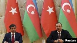 Ахмет Давутоглу (л) і президент Азербайджану Ільгам Алієв (п) на прес-конференції в Баку, 3 грудня 2015 року