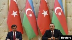 Премьер-министр Турции Ахмет Давутоглу и президент Азербайджана Ильхам Алиев. Баку, 3 декабря 2015 года.