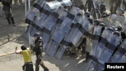 شرطة مكافحة الشغب العراقية تتخذ مواقعها أثناء مظاهرة وسط بغداد