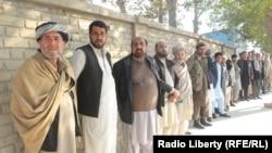 Избиратели в очереди около участка в провинции Кундуз. Афганистан, 20 октября 2018 года.