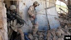 """Иракские солдаты проверяют место сражений с боевиками группировки """"Исламское государство"""" (ИГ) на востоке города Тикрит. 15 марта 2015 года."""