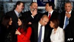 کابینه نتانیاهو؛ ردیف دوم نفر اول از سمت چپ وزیر فرهنگ، میری رگب و نفتالی بنت، وزیر آموزش پرورش نفر سوم از سمت چپ